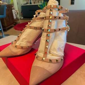 Hej! Jag säljer dessa ikoniska och populära Valentino klackar från serien Valentino Garavani Rockstud. Helt oanvända. Du kommer få med en box, tillhörande påse du kan lägga skorna i och extra taggar. De är i dagsläget slutsålda överallt. Nypris: 9000 kr. Fri frakt.