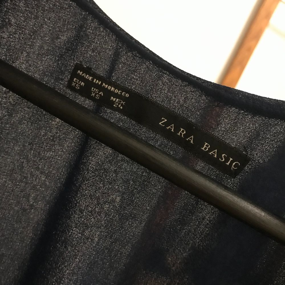 Sassy mörkblå klänning från Zara, Endast använd 1gg då den är lite för stor. Simplare volang kring armarna & resor i midjan. Knälång men beror såklart på hur lång du är. Det är en XS men passar nog även på S samt en mindre M.. 👗. Klänningar.