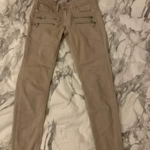 Jättesnygga low waist jeans från Gina, strl 36 men passar 34 också. OBS, Beiga men ser mer bruna ut på bilden!