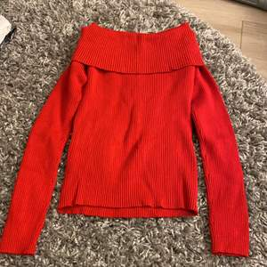 Helt ny röd off-shoulder tröja i ribbat material från New Yorker. Som på bilden så är tröjan i storlek XL men jag som egentligen har S/M så passar den bra och är kroppsnära.🌹