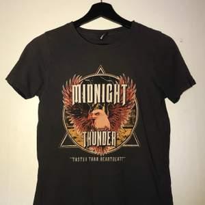 Stentvättat svart t-shirt med tryck, från ginatricot. Köpt för ca 1 år sedan och säljes pga att den inte används💗 Kom privat vid intresse. (Frakt diskuteras)