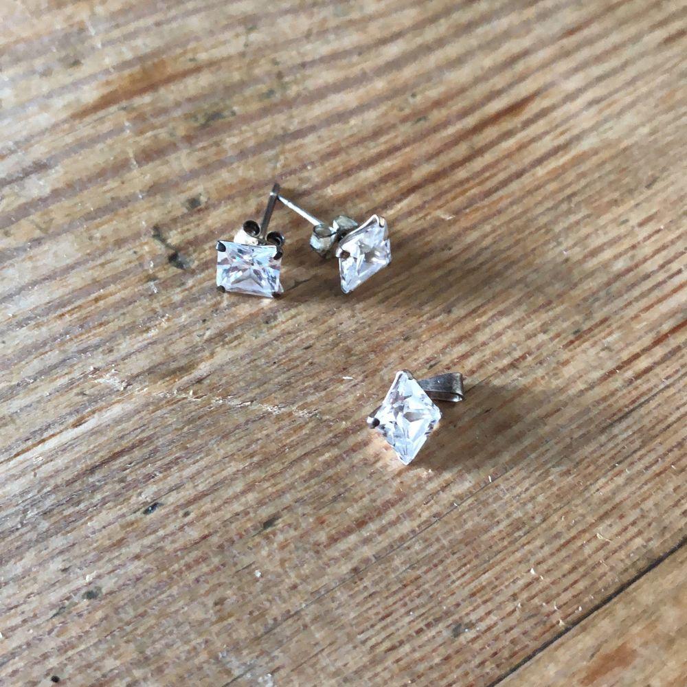 Matchande örhängen och berlock till halskedja i silver och sten. Oanvända. . Accessoarer.