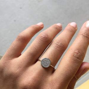 Superfin liten ring! Med stor sannolikhet är den rostfri men eftersom jag inte minns 100% vart den är köpt kan jag ej garantera, säljs därför billigt✨ inga synliga defekter, 45 kr inklusive frakt! Se även andra annonser :*💕
