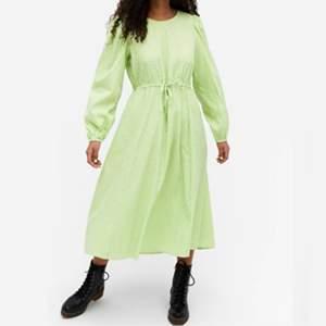Säljer den här sjukt fina & trendiga klänningen från Monki! (slutsåld & kommer inte tillbaka) 💚🤍 Gingham/rutigt mönstrad i grönt & vitt! Helt oanvänd (endast upphängd) & köpt för 400kr 💚 Perfekt nu till våren! 💐