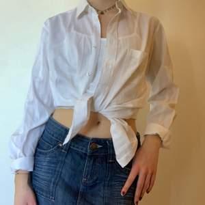En vanlig hederlig vit skjorta!! Superfin och väldigt bra skick. Har ett diskret randigt mönster som får den att bli lite unik. Enkel att stajla upp och funkar till mycket!