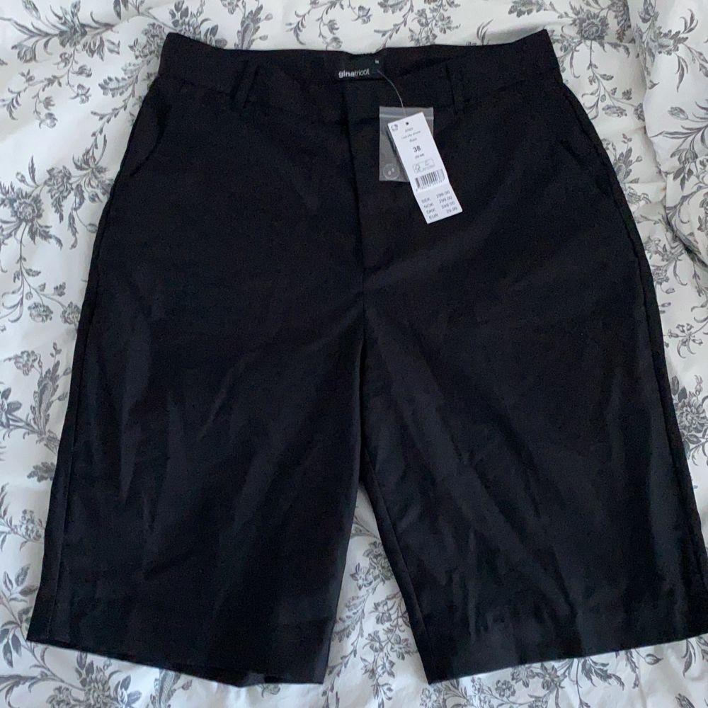 Ett par svarta kostym shorts köpta på ginatricot och aldrig använda med prislappen kvar💞 säljer då de är för små på mig💞. Jeans & Byxor.