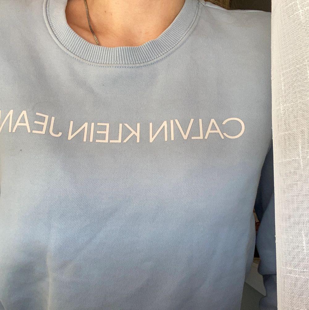 Denna tröjan är supermysig och är äkta, nyligen köpt men passar ej längre. Huvtröjor & Träningströjor.