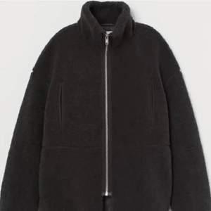 Säljer min eftertraktade jacka i pile/teddy material från hm som är slutsåld. Lägger upp igen pga oseriösa köpare! Bud från 300kr💕 BUD: 450kr