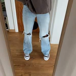 Supersnygga jeans från zara med hål på knäna i bra skick! Långa i benen på mig som är 1,75. Jeansen är raw cut så de går att få i den längd man vill ha dom. Slutsålda på hemsidan💗 Säljer för 299kr vid snabb affär, annars 349kr💕
