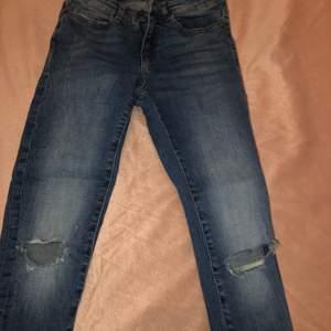 Fina jeans med hål, korta i längden passar XS fint eventuellt S. Endast använda ett par gånger då jag råkat beställa fel storlek.