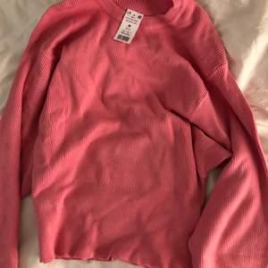 Superfin klarrosa ribbad tröja från Gina. Aldrig använd med prislappen kvar. Otroligt skönt material och formar fint 💘