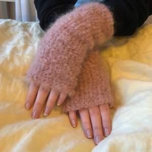 Rosa handgjorda torgvantar i mohair