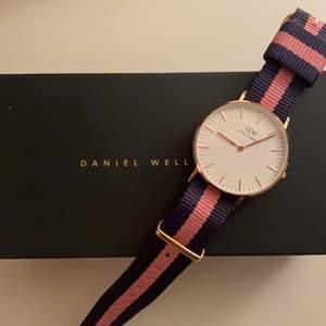 Jag säljer min Daniel Wellington klocka. Ser och fungerar som ny. Nypris 1399,buda. Kan mötas upp i Stockholm annars står kunden för frakten☺️☺️