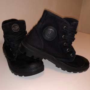 Palladium svarta boots, storlek 38 men kan lätt passa dig som har 37 i storlek
