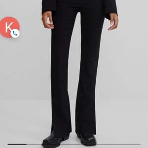 Säljer dessa omvända byxor som till och med har lappen kvar. Fick hem fel storlek så har beställt ett nytt par