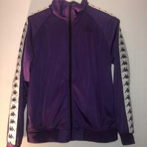 En fin och oanvänd lila kappa jacka i storlek S, önskade jag hade den mer men gick ut ur storlek. Köparen står för frakt. !DELAD FRAKT!