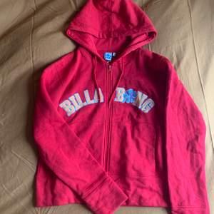 Super snygg hoodie ifrån Billabong. Den är mer röd en på bilderna se bild 2. Prislapp sitter kvar och är helt oanvänd❤️