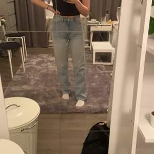 Säljer dessa nya jeans från monki. Använd 2 gånger står storlek 24 men passar ungefär en xs