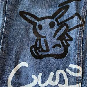 Finaste jeansen, helt oanvända!! Fläckarna på bild 2 tillhör designen <3 Köpta för 600, står ingen storlek men gissar på xs-s. Modellen e unisex