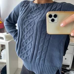 Marinblå tröja i stickat material från Vero Moda. Köpt för ca 3 år sedan, använd sparsamt så inga defekter. Detaljer på framsidan. Storlek M men funkar på en med S om man är ute efter en mer oversized tröja. Säljer pga att jag inte använder den.
