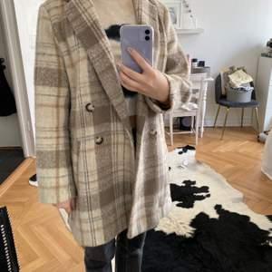Säljer denna kappa då den inte används mer!❤️ Frakten ingår i priset! Den är markerad som storlek 40 men jag skulle säga att den passar mellan XS till M. (Tror den är felmärkt)