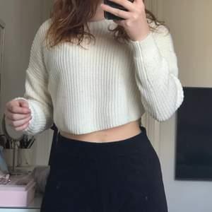Säljer denna croppade långärmade stickade tröjan. Från missguided. Använt några gånger. Jag har storlek S passar även M.