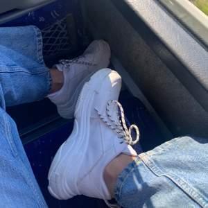 snygga chunky sneakers från nelly, knappt använda. skriv privat för fler bilder om så önskas☺️ säljer på grund av att jag har för mycket skor! skicka privat vid frågor om fraktkostnad osv💙