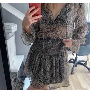 Säljer ännu en sådan klänning i storlek S! Slutsåld på hemsidan! Passar xs-m! Kolla mina andra inlägg🐆 (har 2 till sådana klänningar ute) ❌bud på 430❌