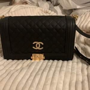 Fake Coco Chanel väska i nyskick. Svart läder med guldkedja. Så fin.