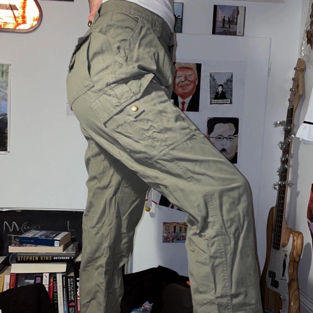 Säljer dessa feta byxor då dem inte längre kommer till användning ! Köpta secondhand. Passar allt från xs-L ✨. Jeans & Byxor.