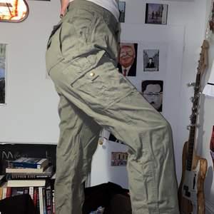 Säljer dessa feta byxor då dem inte längre kommer till användning ! Köpta secondhand. Passar allt från xs-L ✨
