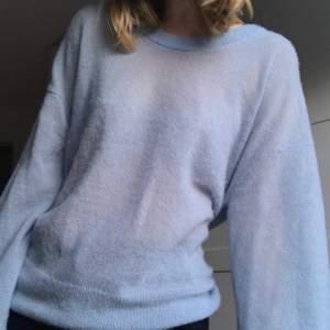 Jättefin ljusblå, stickad tröja från Arket!! Storlek M/L för att få den oversized (är vanligtvis S).