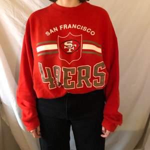En röd tjocktröja jag köpte när jag var i san fransisco, merch för deras amerikanska fotbollslag 49ers. Den är i L men passar också folk i storlek M! Frakt tillkommer på 50 kronor.