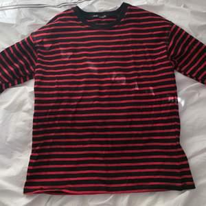 Randig tröja från Zara i rött och svart. Aldrig använd, därmed inga lösa sömmar elr hål! Nyckick! Säljes då den aldrig kommit till användning. Funkar till alla väder och passar till det mesta! Storlek S men passar XS-M.