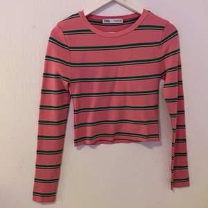 En grön/rosa randig tröja ifrån Zara, väldigt bra material men lite liten i storlek. Den är i Storlek M men skulle säga mer S.