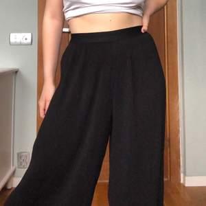 Supersköna byxor i veckat tunt tyg. Modell som slutar vid ankeln. Resår i midjan så passar de flesta storlekarna. Jag är 161 och bär vanligtvis storlek s/m