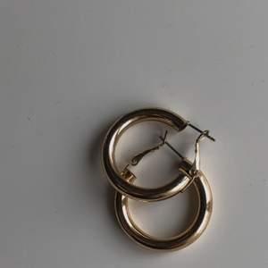 Guldiga örhängen från NA-KD. Det är tomrum inuti ringarna vilket gör att de inte är tunga för öronen att bära + att de är lätta att sätta på🤎 En billigare frakt tillkommer, vid större intresse BUDA I KOMMENTARERNA🤎