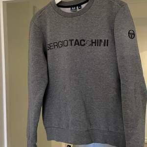 Snygg sweatshirt från Sergio tacchini storlek M men är mer som S. Vanligtvis har jag storlek M därför är den liten för mig. Nyskick använd ett fåtal gånger :)