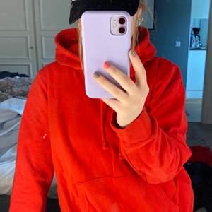 En röd hoodie som är lite oversized i bra kvalitet. Den är knappt använd och väldigt fin. Säljer för 145kr. Skriv vid frågor