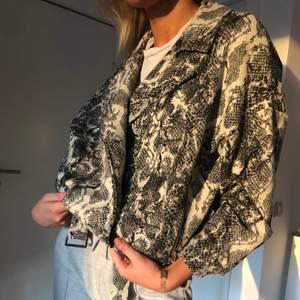 Cool jacka från Zara som är väldigt unik och toppen till våren.