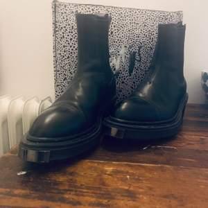 Nikita boots från Eytys i svart läder. Använda fåtal gånger då det tyvärr är för små för mig.  Supersnygga och nytt skick!  Dustbag & låda medföljer.   strl 37  Nypris: 2800 kr