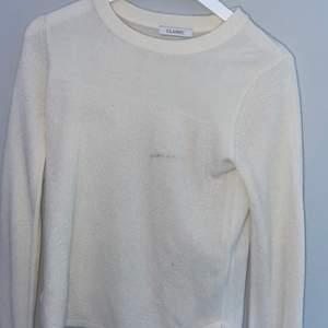 """En vit tröja från butiken """"classic"""" men små knappar längst ner på varje ärm, en fläck som antagligen går bort i tvätten. Och så klart kommer den nytvättad!(vet inte hur mycket frakten kommer att bli)"""