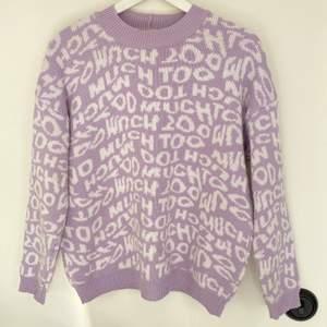 Säljer denna stickade tröja med tryck från ASOS! Använd men fortfarande i bra skick. Är i storlek 34 men den är oversized så skulle även passa större storlekar💕