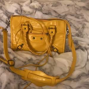 !INTRESSEKOLL! Inte säker på om jag vill sälja men om jag får bra bud överväger jag det.🥂En balenciaga liknade väska som är köpt här på Plick men nästan oanvänd av båda💓 BUDA I KOMMENTERA!💘
