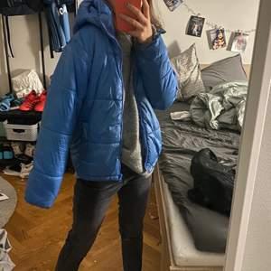 Säljer nu denna skitsnygga jacka från lindex!😍 snyggaste färgen!💙 den är perfekt nu till hösten/ vintern! Den är från barnavdelningen i storlek 152 men passar mig perfekt som har S i storlek! Hör av er vid frågor eller liknande💕💕