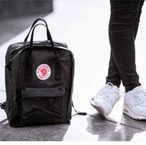 Säljer nu min fina fjällräven ryggsäck som är perfekt som skolväska, eller annat så rymlig! Använt typ 2 gånger ❤️