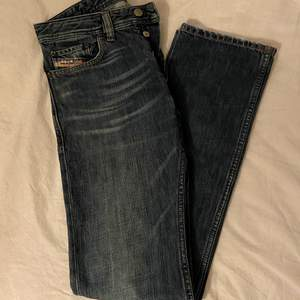 Säljer ett par Diesel jeans i st 29/32! Dem är oanvända och köpta secondhand. Dem är i bra skick och är 100k% bomull!