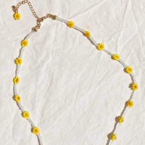 Hemgjorda halsband med genomskinliga pärlor och blommor av gula pärlor med orange pärla i mitten. Färgerna kan bytas mot många andra färger. 🤍💞