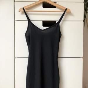 Svart figurnära klänning köpt på madlady pop up store för några år sedan. Säljs pga är lite för liten för mig som har S/M. PM för frågor/bilder 🧸