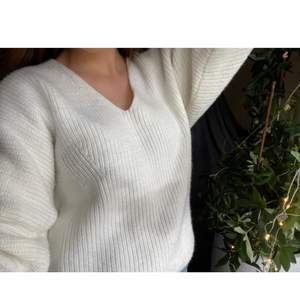 Gosig stickad tröja i storlek M!!🤎 perfekt för kyliga dagar!🍁🍂 Använd endast 1 gång!! Köparen står för frakt!🤍